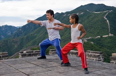 criança e seu mestre estudando kung fu e fazendo uma referencia ao áudio