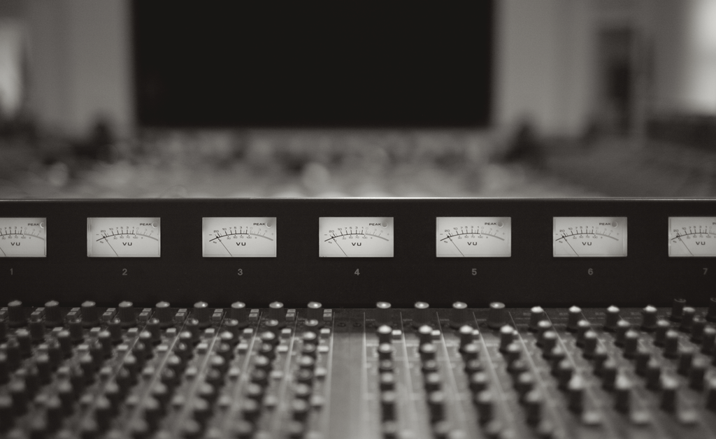 mixagem na mesa de som