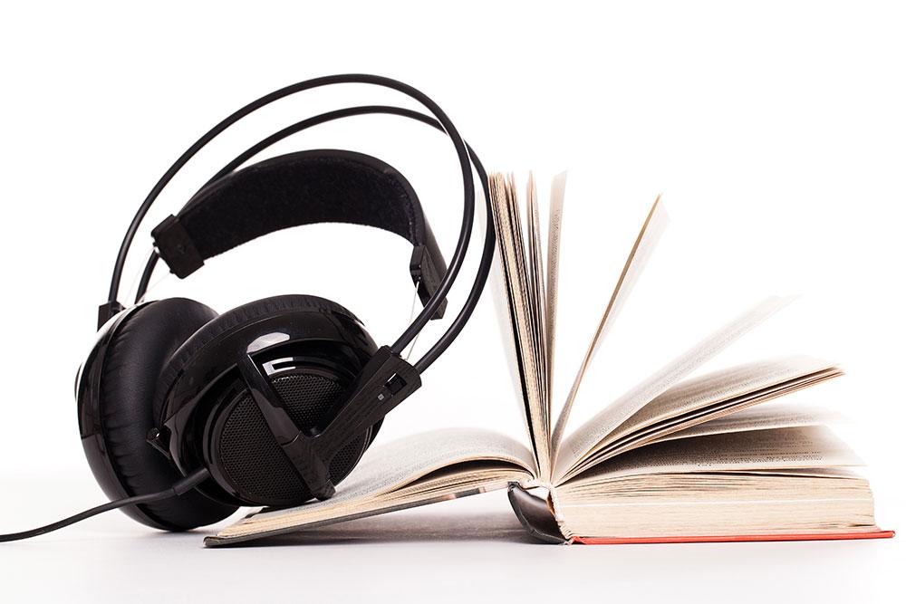 livro leitura e um headphone fone de ouvido musica audio